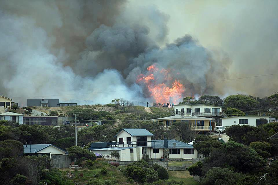 Bushfires continue to burn in Tasmania