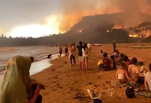 fire Evacuees on beach Rosedale, NSW